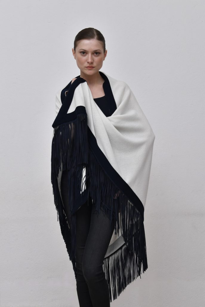 Cod. 13/54 – color Optical/Marino - Rimmed cashmere shawl with suede fringes